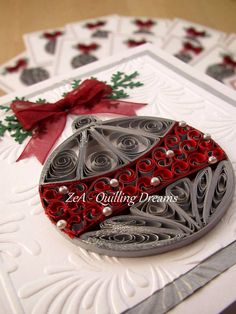 quilled Christmas ball - Quilling by ZeA quilling dreams!