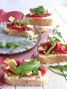 Hapjes: 5x luxe variëren met carpaccio - Bakkriebels Bruchetta, Carpaccio, Tapas, Sandwiches, Appetizers, Snacks, Healthy, Ethnic Recipes, Lunches