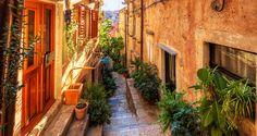 Dubrovnik, Kroatia: Sanat tuskin riittävät kuvailemaan Dubrovnikin kauneutta. Säihkyvänsininen meri ja vehreä luonto ympäröivät Unescon maailmanperintökohteeksi luokiteltua Vanhaakaupunkia, jonka muurit kätkevät sisäänsä yli 1000 vuotta historiaa.  Hotellimme sijaitsevat lähellä Lapadinniemen rantoja, jossa auringosta ja puhtaista uimavesistä nautitaan kalliorannoilla tai suositulla Copacabanan hiekkarannalla.