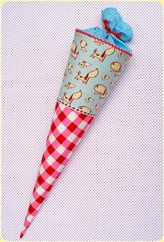 twinkle*twinkle Schultütenbezug für einen handelsüblichen Papprohling mit einer Länge von 70 cm und einem Durchmesser oben von 18 cm.