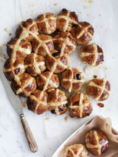 Apple and cinnamon hot cross buns recipe :: Gourmet Traveller Cross Buns Recipe, Bun Recipe, Easter Recipes, Apple Recipes, Apple Desserts, Baking Recipes, Pan Comido, Hot Cross Buns, Cannoli