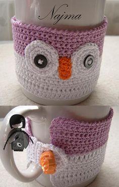 calienta tazas buho najma crochet Crochet Coffee Cozy, Crochet Cozy, Crochet Owls, Cute Crochet, Joining Crochet Squares, Crochet Table Runner, Crochet Kitchen, Easy Crochet Patterns, Felt Crafts