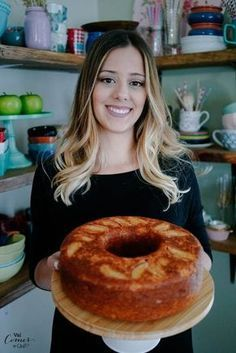 Hoje eu trago uma receita deliciosa de bolo de maçã que fica mega fofinho e gostoso. Bolo de maçã…