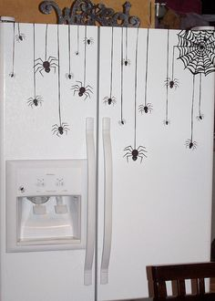 Awesome fridge decor for Halloween Casa Halloween, Halloween Spider, Halloween Projects, Holidays Halloween, Happy Halloween, Halloween Decorations, Halloween Garage Door, Halloween Kitchen Decor, Spider Decorations