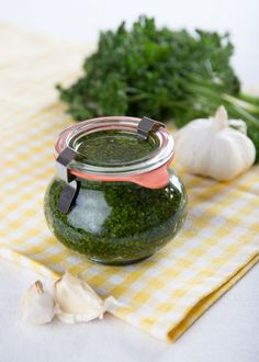 DIY Parsley Pesto // Petrzelove Pesto vydrží dlouho a je opravdu skvělé Parsley Pesto, Pesto Dip, Vegetarian Recipes, Cooking Recipes, Good Food, Yummy Food, Czech Recipes, Home Canning, Spice Mixes