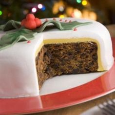 Fancy making a homemade Christmas cake this year? It's easy with our selection of simple Christmas cake decoration ideas. Baking a Christmas cake or a Food Cakes, Cupcake Cakes, Cupcakes, Fruit Cakes, Christmas Cake Decorations, Christmas Desserts, Christmas Treats, Christmas Fruitcake, Christmas Cakes