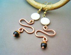 Orecchini wire wrap a pendente in rame martellato con madreperla. 15€ #bijoux #fashion