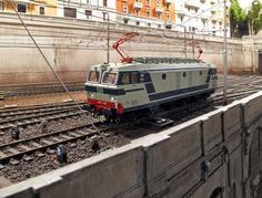 Dopo un mesetto e oltre di agonia ecco terminata la catenaria lungo tutto il piazzale della stazione di Milano Chiaravalle e lungo il fascio sud....