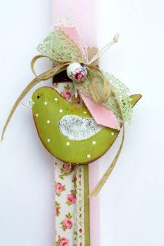 Χειροποίητη Πασχαλινή Λαμπάδα ροζ πλακέ σαγρέ με μεταλλικό πουλάκι - καμπανίτσα, κεραμική χάντρα, και ρομαντικές δαντέλες.