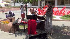 Две скрипачки классно играют на улице!!! Buskers! Street! Music!