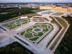 Château de Versailles - Le Parterre de Latone Chateau Versailles, Versailles Garden, Palace Of Versailles, Park Landscape, Landscape Architecture, Landscape Design, Louis Xiv, Beautiful Landscapes, Beautiful Gardens