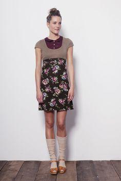 Vestido con cuello abotonado y falda de flores