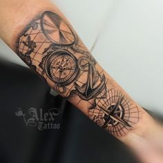 Bussola, âncora, compass, antebraço Forarm Tattoos, Forearm Sleeve Tattoos, Tattoo On, Band Tattoo, Leg Tattoos, Body Art Tattoos, Card Tattoo Designs, Half Sleeve Tattoos Designs, Tattoo Designs Men