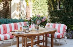 How can you be anything other than happy sitting in this space? Great inspiration for outdoor dining decor.