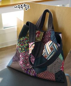 헥사곤데일리백 : 네이버 블로그 Hexagon Patchwork, Patchwork Patterns, Patchwork Bags, Quilted Bag, Japanese Bag, Diy Tote Bag, Fabric Bags, Handmade Bags, Purses And Bags