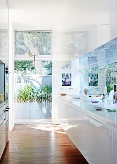 Inside-outside. loving the glass window splashback in this kitchen. Best of Australian Homes 2014 · Louise Olsen, Stephen Ormandy and Family — The Design Files Kitchen Inspirations, House Design, Kitchen Style, Interior Design, House Interior, Kitchen Interior, Home Kitchens, Home, Home Decor