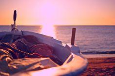 Tú en el alto balcón de tu silencio,  yo en la barca sin rumbo de mi daño,  los dos perdidos por igual camino,  tú esperando mi voz y yo esperando.    Esclavo tú del horizonte inútil,  encadenada yo de mi pasado.  Ni silueta de nave en tu pupila,  ni brújula y timón para mis brazos.    En pie en el alto barandal marino  tú aguardarías mi llegada en vano, yo habría de llegar sobre la espuma  en el amanecer de un día blanco... Josefina de la torre.