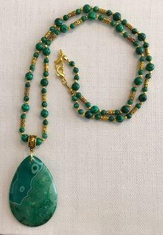 Green agate pendant on Chinese malachite beaded 23 necklace with antiqued gold finished beads. Diy Necklace Patterns, Jewelry Patterns, Necklace Designs, Beaded Jewelry Designs, Necklace Ideas, Green Necklace, Gold Necklace, Colar Fashion, Fashion Necklace