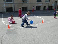 preK pasadena 2011/2012: MOTRICITE: Les jeux collectifs et les ateliers de lancer Activity Games For Kids, Petite Section, Ballons, Physical Education, Physics, Tour, Sports, Stage, Activities