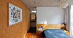 No dormitório de casal da Casa Buceo, a peça branca vista no quarto infantil (foto 11) se repete na delimitação entre dormitório e banheiro. Tons de madeira também contrastam com a frieza do concreto no forro e a porta do piso ao teto, na lateral, faz a comunicação com a varanda suspensa. O projeto de Marcelo e Martín Gualano dá forma à residência em Montevidéu, Uruguai