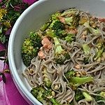 Makaron gryczany z brokułami, chili i łososiem