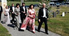 On June King Carl Gustaf and Queen Silvia attended Louise 'Lussan' Gottlieb's and Gustav Otto Henrik Thott's wedding held at Holo Church,in Sormland. Louise Gottlieb is Princess Madeleine's closest friend. Queen Silvia, Princess Madeleine, Swedish Royals, Baron, Royalty, Kimono Top, Wedding, June, Club