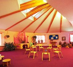 waldorf classroom - inspiration: open space (like garage) with skylights for group music class. Kindergarten Interior, Kindergarten Design, Education Architecture, School Architecture, Classroom Design, School Classroom, Autism Teaching Strategies, Waldorf Education, Amazing Spaces