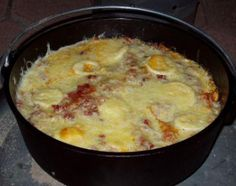 Start your day off with a hearty breakfast that's simple to make. A breakfast that's rewarding and simple to make is pancakes. You can speed things up while camping by utilizing a pancake mix. Cast Iron Dutch Oven, Cast Iron Cooking, Meals No Refrigeration, Dutch Oven Lasagna, Camping Food Make Ahead, Camping Recipes, Camping Hacks, Dutch Oven Camping, Foil Dinners