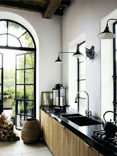 schwarzer Granit Arbeitsfläche schmal an der Wand eingebaut