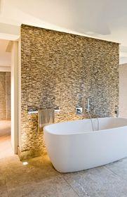 Een badkamer is meer dan een verzameling witte meubels en dito tegels. Ook deze ruimte kan persoonlijkheid en sfeer uitstralen, als je maar durft goochelen met kleuren, vormen en materialen. Hier vind je zes inspirerende voorbeelden in evenveel stijlen.