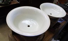Lavabos De Porcelana  Lavabos de porcelana antiguos.  Tenemos un amplio stock y dos medidas diferentes.  -Modelo 1: 39 cm (diámetro) x 9.5 cm (alto)  -Modelo 2: 39.5 cm (diámetro) x 14 cm (alto) P.V.P 18€  Hazte con el tuyo haciendo click en la imagen!!