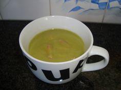 Recept voor Erwtensoep met spekjes in de thermomix. Meer originele recepten en bereidingswijze voor soepen vind je op gette.org. Thermomix Soup, Mugs, Cooking, Tableware, Recipes, Food, Funny Quotes, Pea Soup, Essen