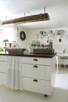 If we can't remodel in awhile could we have a nice island?? The kitchen, preparation. The wooden lamp is made of an old log from the house.