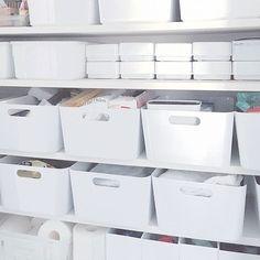 女性で、3LDKの無印良品/IKEA/パントリー/ダイソー/収納/ニトリ…などについてのインテリア実例を紹介。「パントリー 掃除用品や日用品と文房具を収納。 IKEAの白い箱の高さ=ダイソー粘土箱2個分の高さです!」(この写真は 2016-06-10 18:07:10 に共有されました) Muji Storage, Pantry Storage, Closet Storage, Muji Home, Life Organization, Bed Furniture, Home Projects, Home Kitchens, Keep It Cleaner
