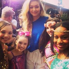 Maddie Ziegler met ______ with her sister, Mackenzie Ziegler, and her friends, Nia Frazier and Kendall Vertes, at the Nickelodeon Kid's Choice Awards 2014 [2014]