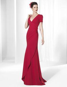 Foto 1 de 21 Vestido de fiesta tipo columna en color rojo intenso de Manu Álvarez | HISPABODAS