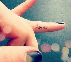 Rien de bling bling, pas de motifs trop voyants, pas de couleurs vives. Juste quelques idées de tatouages subtils à réaliser sur vos doigts.