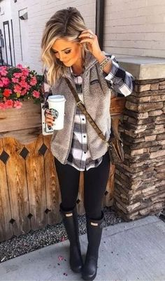 41 cute simple winter outfits women I have Hunter boots just like this and love them but don't always know how to wear them. This is a great texture pairing! Winter Outfits For Teen Girls, Simple Winter Outfits, Winter Outfits Women, Casual Fall Outfits, Winter Fashion Outfits, Cute Winter Clothes, Plaid Shirt Outfits, Cute Clothes For Women, Autumn Outfits