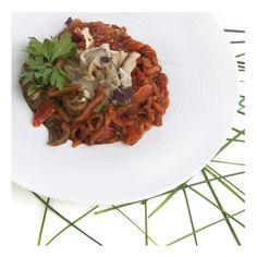 ESPENCAT - Ingredientes: 2 pimientos rojos, 1 pimiento verde, 2 berenjenas, 2 tomates rojos maduros,  3-4 dientes de ajo, aceite de oliva, sal.  Se asan los tomates, los pimientos y las berenjenas. Cuando se enfríen se pelan y se cortan a tiras. Se pelan los ajos y se cortan a trocitos pequeños, se mezcla todo y se añade el aceite y la sal. Receta: Mª Dolores Cardona. FOTO: Manolo Fotògrafs Valencia, Spaghetti, Ethnic Recipes, Red Bell Peppers, Eggplants, Garlic, Recipes, Oil, Green