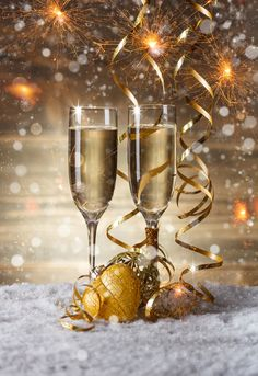 Champagne glasses in . -setting Champagne glasses in . Happy New Year Images, Happy New Year Wishes, New Year Greetings, Merry Christmas And Happy New Year, New Years Eve Images, Gold Christmas Decorations, New Years Decorations, Christmas Settings, Happy Birthday Pictures
