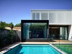 Malvern East House by Rob Kennon Architects – casalibrary Australian Architecture, Architecture Design, Minimalist Architecture, Street House, Facade House, Shed Plans, Victorian Homes, Building A House, Outdoor Living