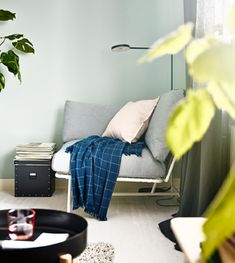 Créez un coin repas cosy dans votre séjour avec des meubles modernes ! Installez un fauteuil dans un coin. IKEA propose de nombreux fauteuils confortables comme la chaise d'angle IKEA PS 2017 avec coussins. Les coussins sont garnis de mousse haute résilience et de fibres de polyester.