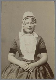 Jonge vrouw in Walcherse streekdracht, circa 1880