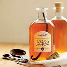 DIY::Vanilla Extract -Easy homemade vanilla extract is the gift that keeps on giving. With Free Printable Gift Tag !!