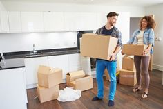 Make lifting and lifting heavy boxes a little easier by .Make it easy to pick up and lift heavy boxes by cutting the handles ., make it easier to pick up and lift heavy boxes Moving House Checklist, Moving House Tips, Moving Tips, Moving Hacks, House Moving Service, Service A Domicile, Self Storage, Moving Services, House Made