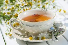 Eine Tasse mit Kamillentee. Tee ist bei vielen Erkrankungen eine gute Idee, da er den gereizten Magen wieder beruhigen kann. Beim Durchfall ist es außerdem besonders wichtig, sehr viel zu trinken. Neben Kamillentee empfehlen sich auch Pfefferminz- und Fencheltee. (DoraZett - Fotolia.com)