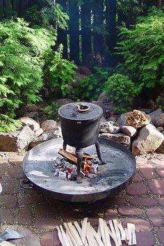 Kociołkowanie w ogrodzie w żeliwnym kociołku myśliwskim. Cauldron, hotpot, kettle, iron kettle, Gridirons, Bake Kettles.