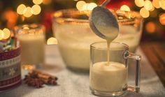 Bez vaječného likéru se zkrátka neobejdou žádné Vánoce. Vůně vanilky k nim neodmyslitelně patří. Zapomeňte letos na ten kupovaný a pusťte se do domácí přípravy, která vám nezabere příliš času a nebudete potřebovat ani mnoho surovin. Domácí vaječný likér můžete připravit i bez alkoholu a přinášíme také tip na veganskou verzi! #recept #vajecnyliker #vejce #vanoce #vanoce2020 #recipe #eggyolk #eggnog #christmass #egg Christmas Entertaining, Christmas Drinks, Christmas Treats, Christmas Time, Eggnog Drinks, Liquor Shop, Hot Desserts, Homemade Eggnog, Eggnog Recipe