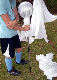 Learn How to Make Floating Ghosts for Halloween how to make halloween ghosts yard display - Photo © Halloween Prop, Halloween Mono, Casa Halloween, Halloween Outside, Theme Halloween, Dollar Store Halloween, Halloween Party Supplies, Halloween Displays, Holidays Halloween
