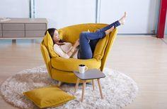 Es difícil crear nuevas tipologías de sillón que ofrezcan propuestas innovadoras. Volta, el ultimo sillón de Fama Sofás se eleva del suelo sobre 4 patas inclinadas, y sin embargo, gracias a un ingenioso sistema, puede girar libremente. El diseño se completa con un ligero puf reposapiés, que en un abrir y cerrar de ojos se transforma en mesa supletoria.